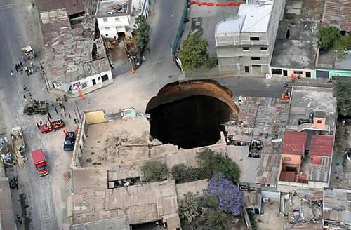 Giant-sink-hole-guatemala